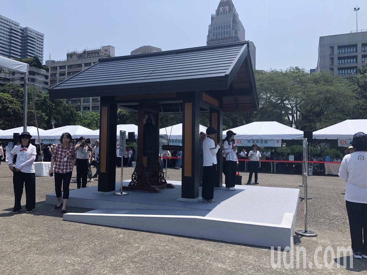 法鼓山邀請全家歡度「心靈環保家庭日」,一起到國父紀念館廣場體驗浴佛、禪修、敲鐘、...