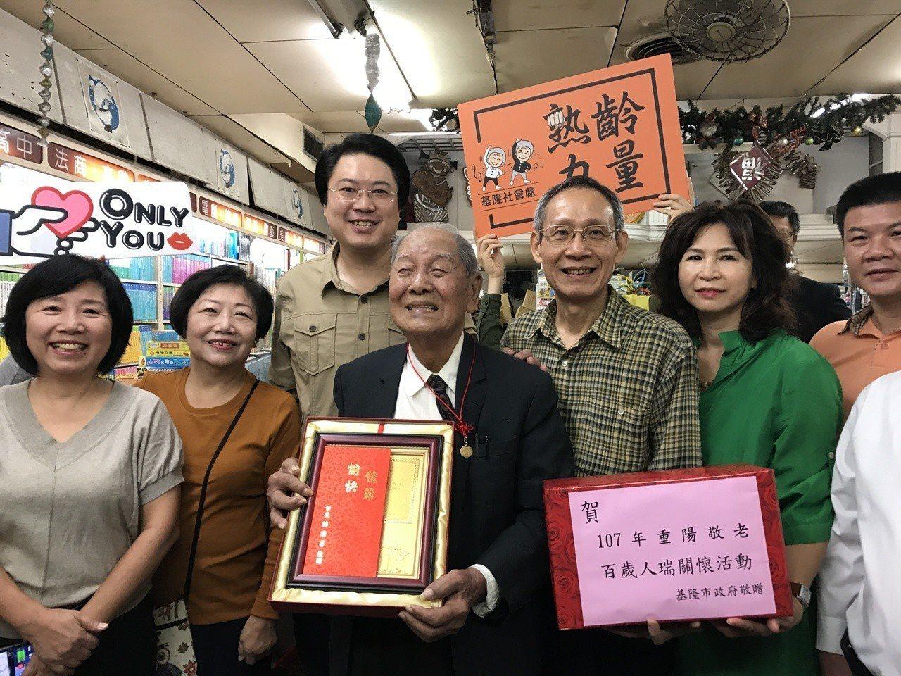 基隆市義二路好美風景的陳上惠阿公,去年滿百歲了,他創立的自立書店和琴音,是許多基...