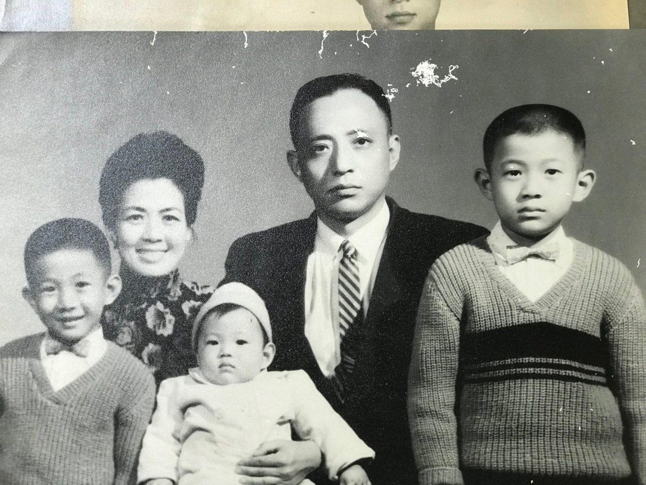 管中閔1961年全家福照。圖/擷取自管中閔臉書