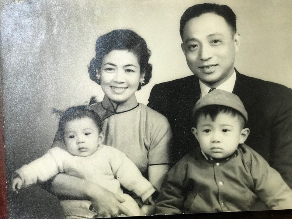 管中閔的1956年全家福照。圖/擷取自管中閔臉書