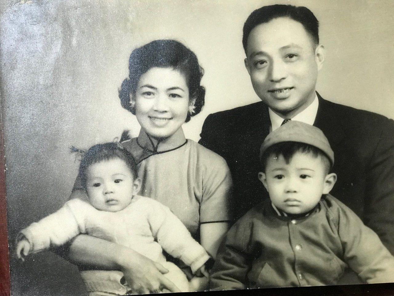 1956年,台大校長管中閔全家福。圖截自管中閔臉書