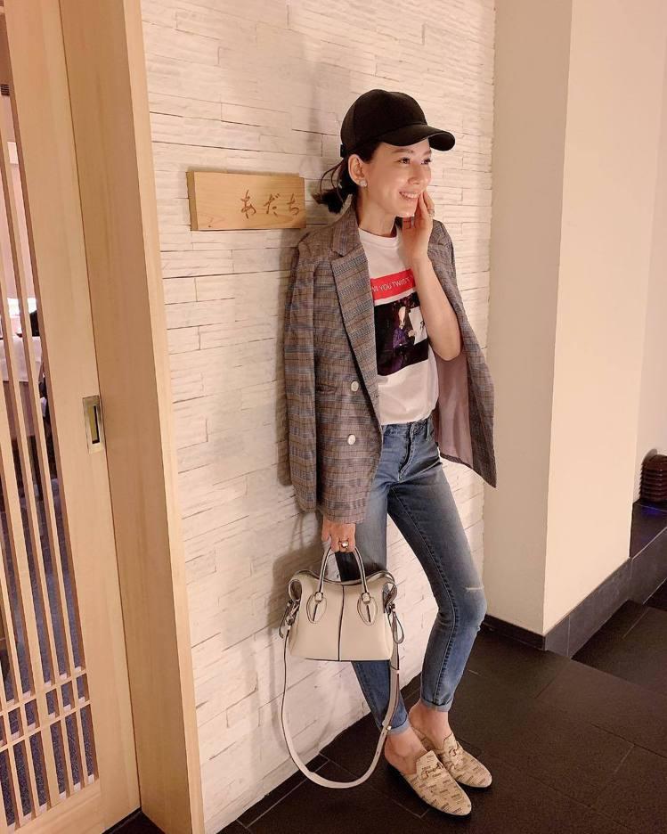 Melody用MIU MIU的T恤搭灰色格紋薄西裝外套與牛仔褲,手拎TOD'S ...