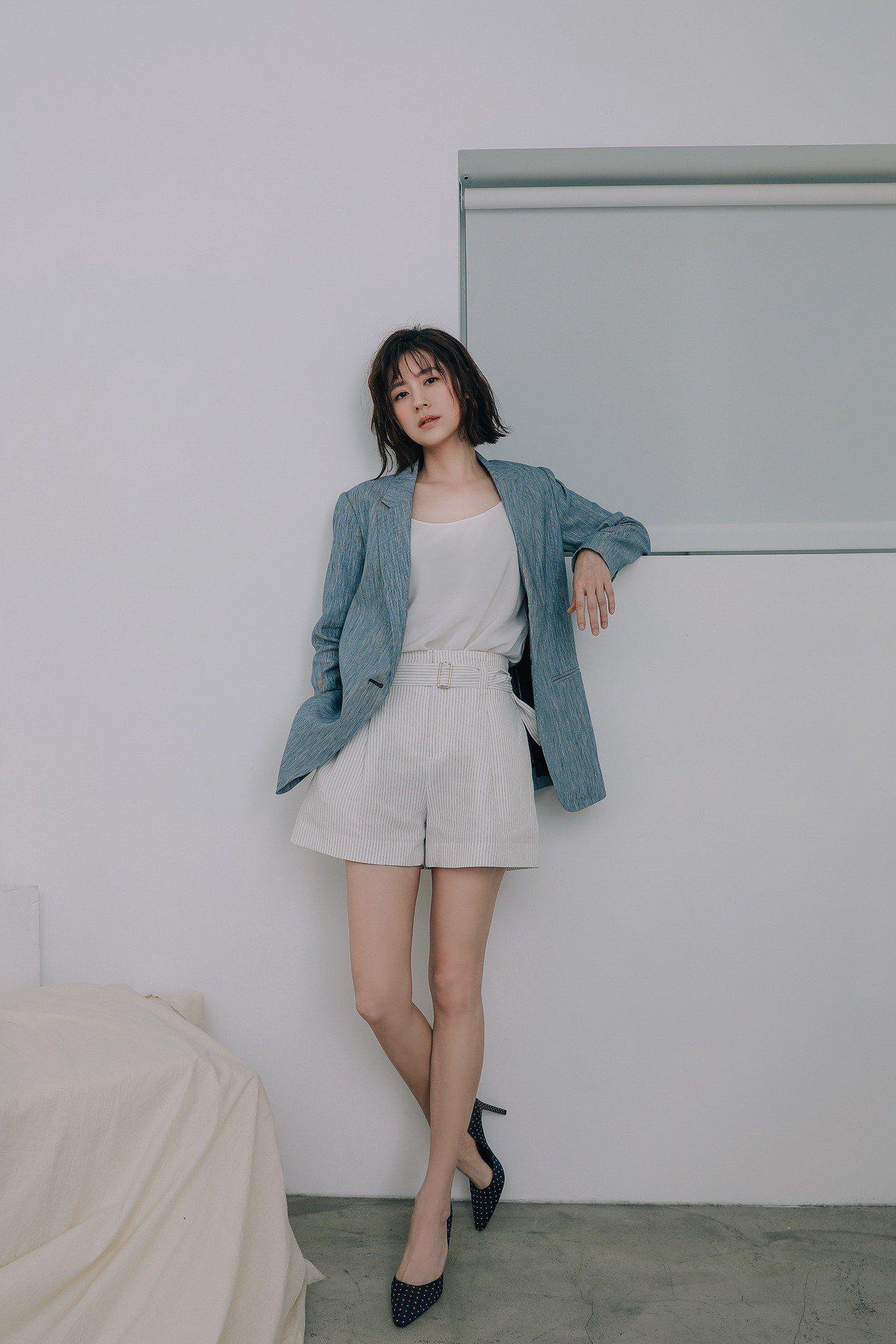 林予晞以淺灰藍色的刷紋西裝外套搭配高腰短褲、白上衣,簡簡單單的3大單品組合最適合...