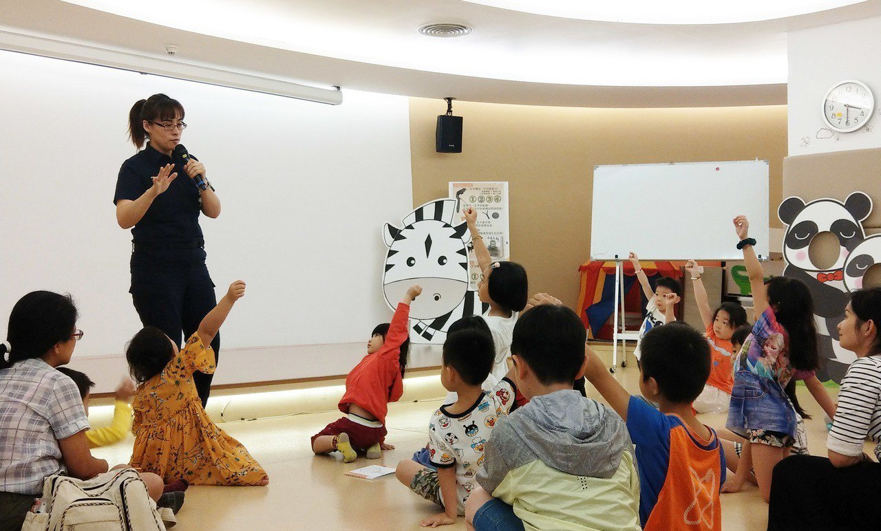 新北市立圖書館今天舉辦「我的超人媽媽」活動,找來警察分享職業故事,新北市警局婦幼...