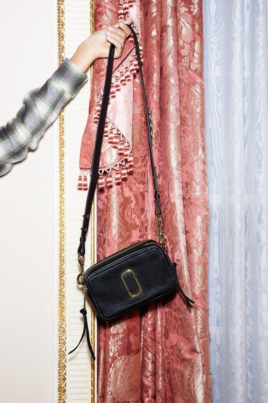 Softshot系列包款包身用的是沒有上漆的柔軟牛皮製作,能裝的容量更大。圖/M...