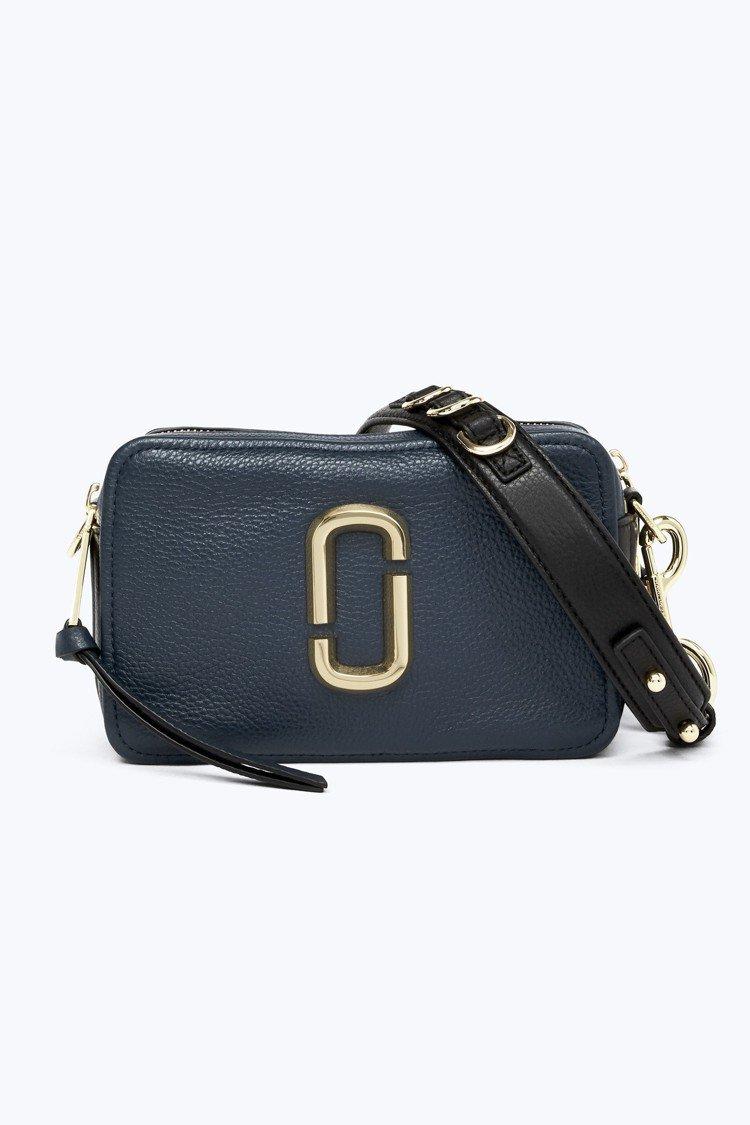 深海藍Softshot包,15,900元。圖/Marc Jacobs提供