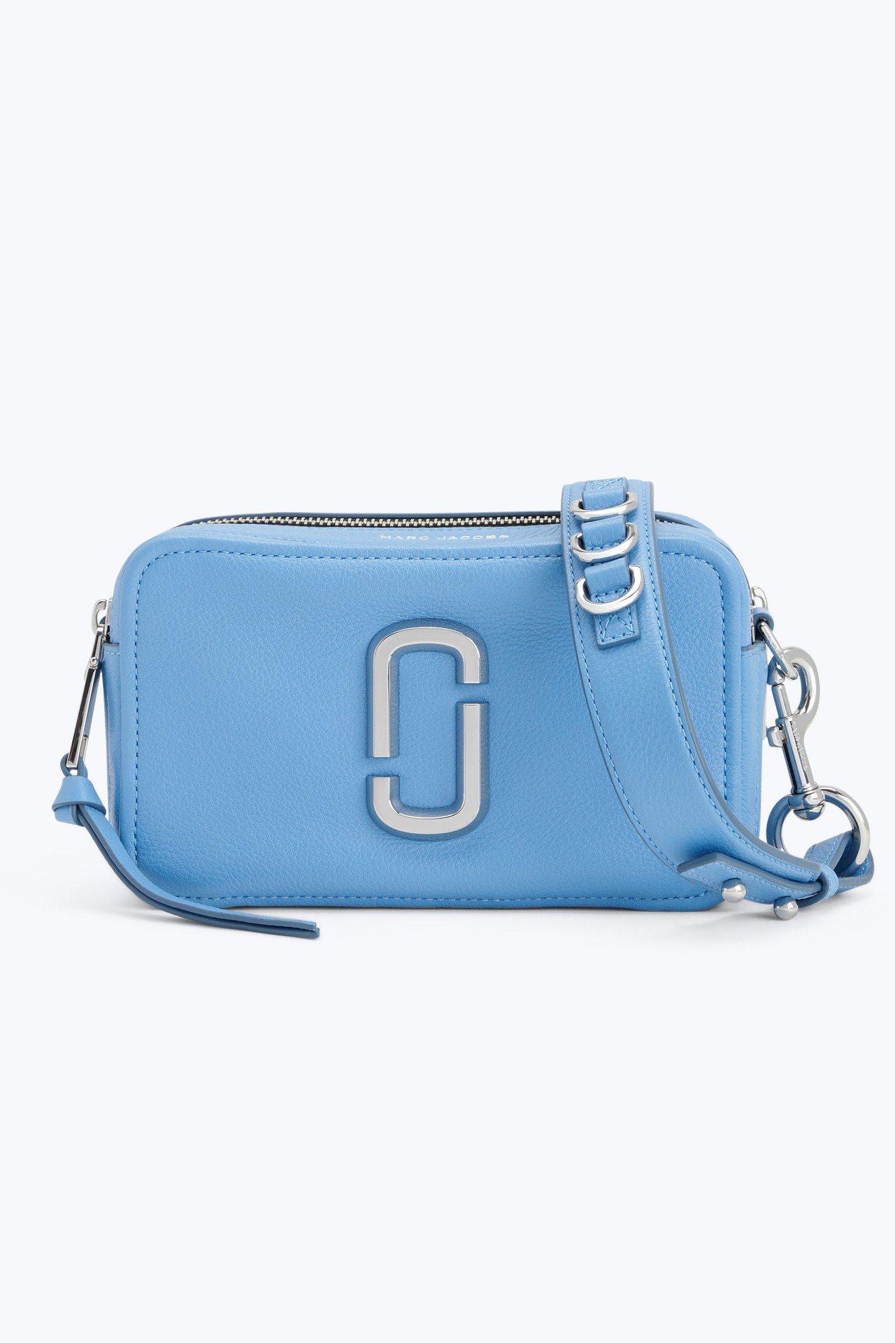 丹寧藍Softshot包,15,900元。圖/Marc Jacobs提供
