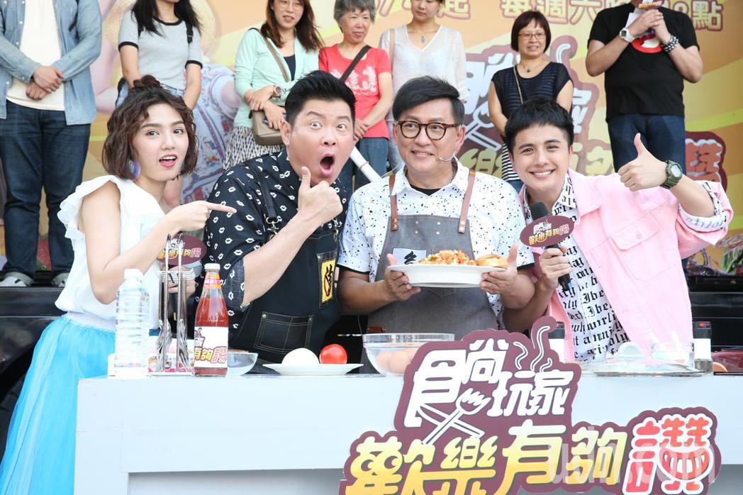 曾國城(左二)、詹姆士(右二)、曾子魚(右一)、Dora(左一)下午主持食尚玩家...