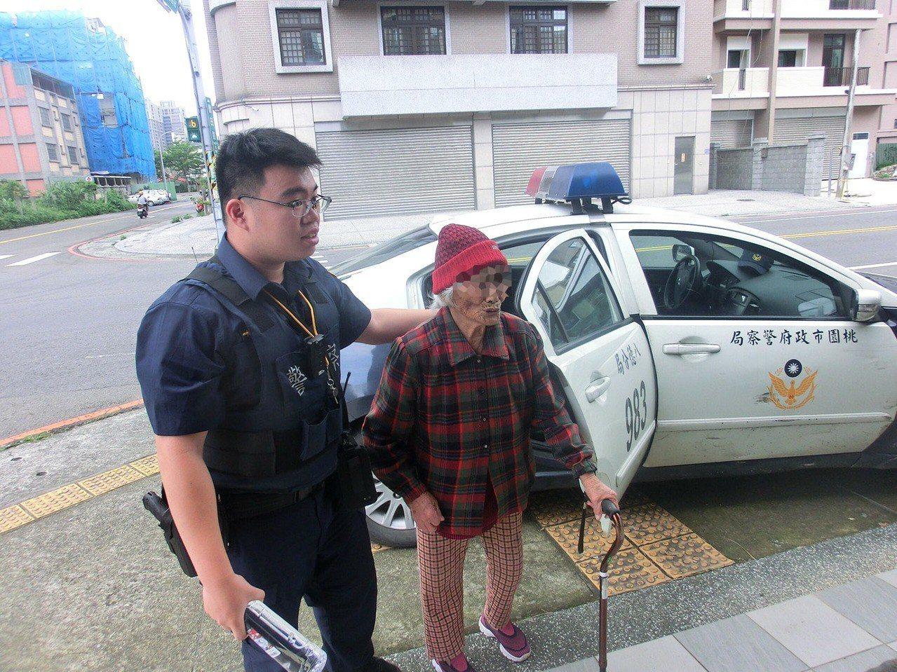 今天是母親節,八德警員蔣孟辰(左)用巡邏車載輕微失智的老婦人(右),繞行八德一間...