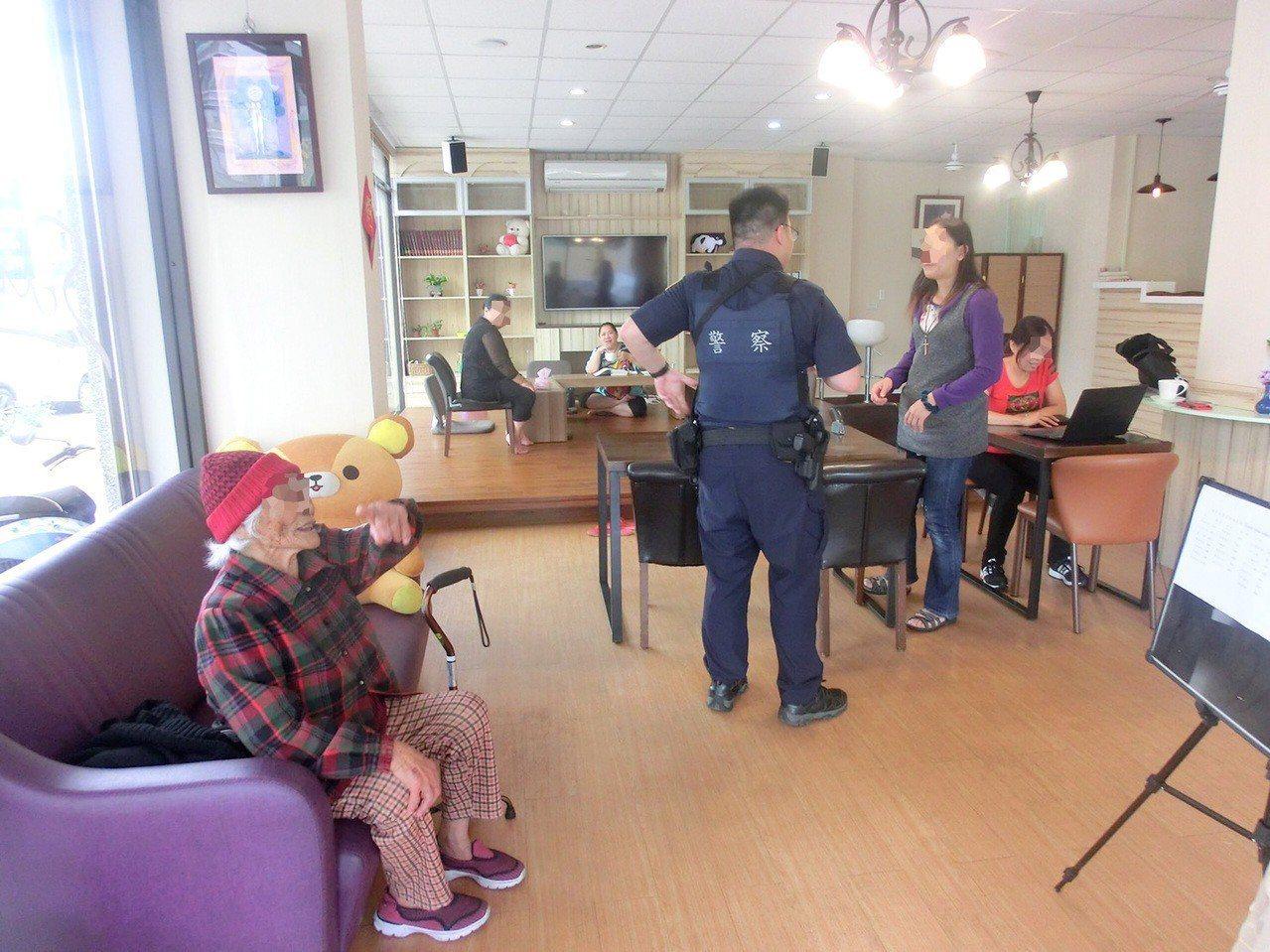今天是母親節,八德警員蔣孟辰用巡邏車載輕微失智的老婦人(左一),繞行八德一間間找...