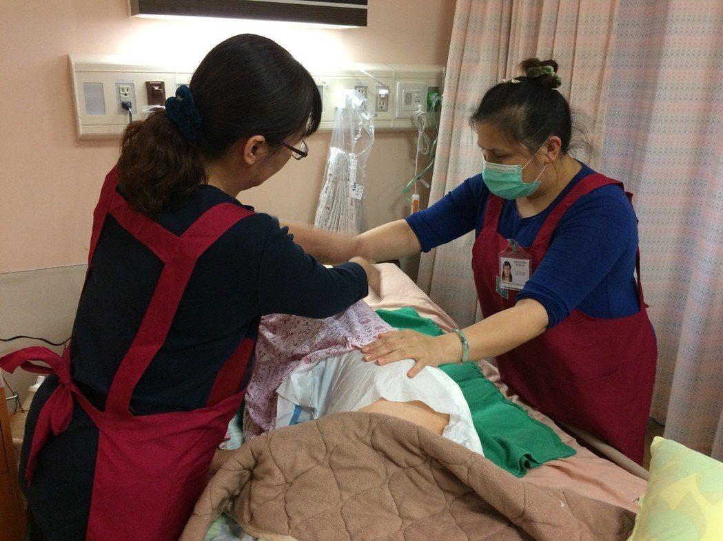 衛福部推動看護共聘制一年,但許多醫院憂心人事與行政成本還在觀望中。而花蓮門諾醫院...