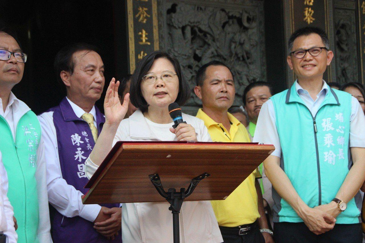 總統蔡英文今天到埔心霖鳳宮參拜爭取民眾支持連任。記者林敬家/攝影