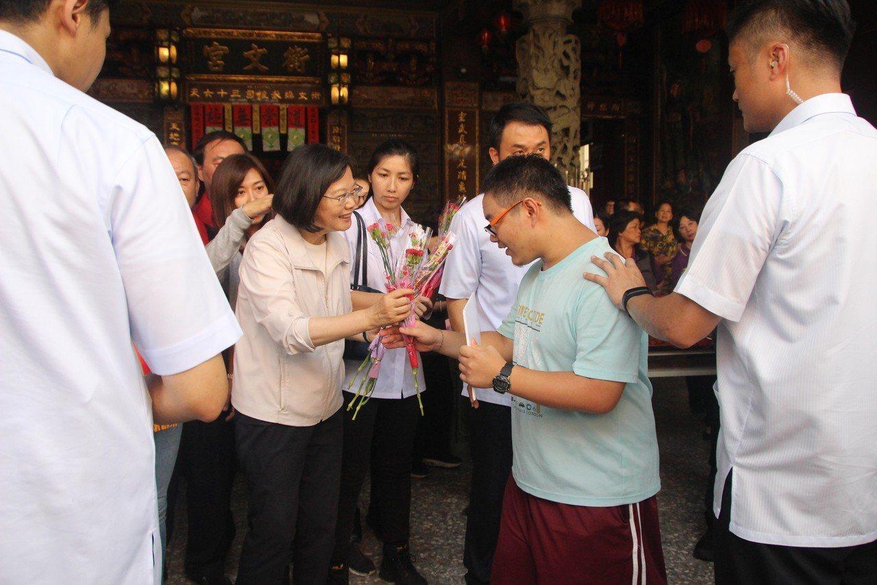 總統蔡英文今天到員林衡文宮參拜,發送康乃馨。記者林敬家/攝影