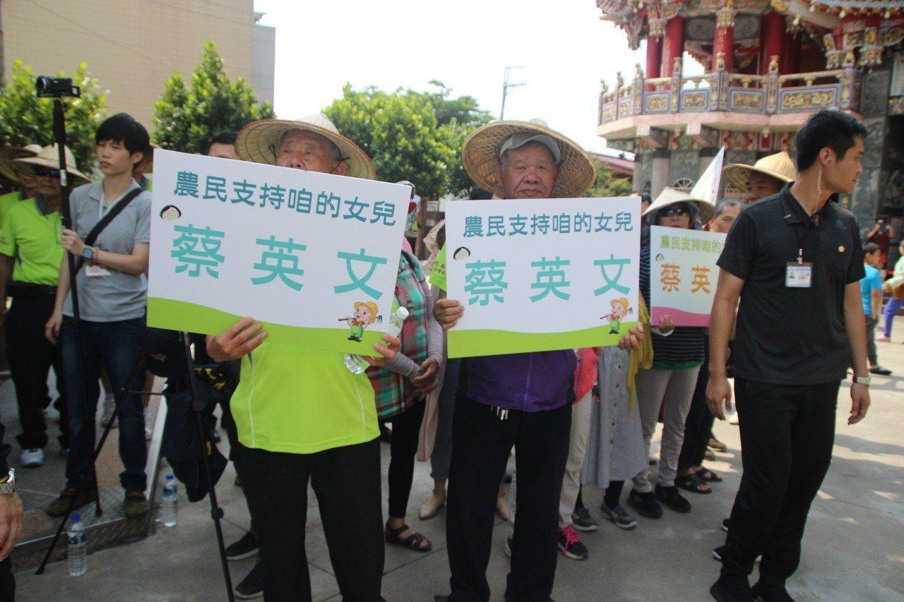 總統蔡英文今天到埔心霖鳳宮參拜,受到民眾歡迎。記者林敬家/攝影