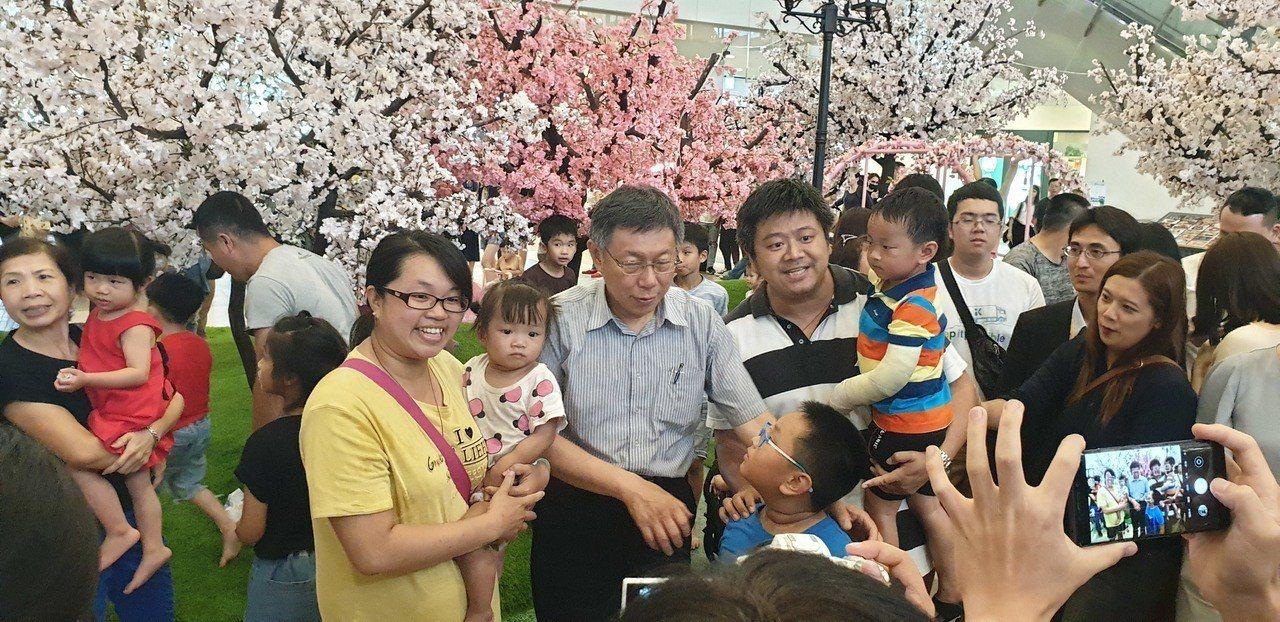 台北市長柯文哲今天到台中三井outlet,民眾排隊合照。記者游振昇/攝影