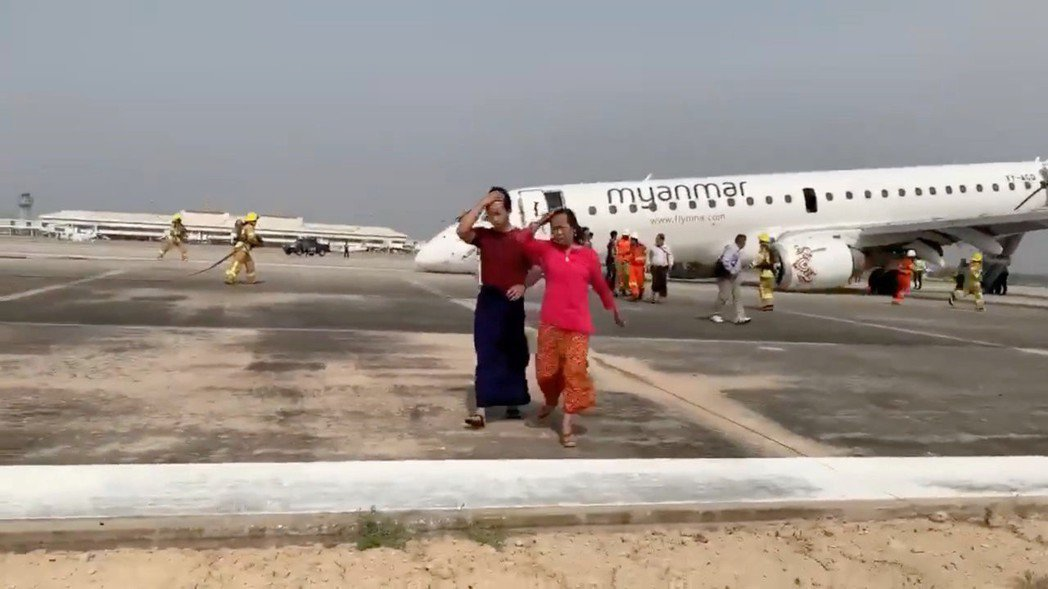 MYANMAR-AIRPLANE/:Passengers walk away f...