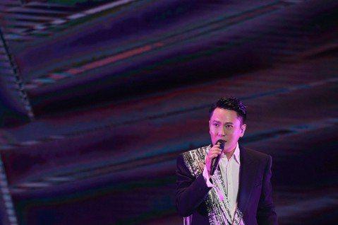 張信哲11日前進新加坡舉辦「未來式」世界巡演,為和粉絲共度母親節,事前邀歌迷上傳媽媽的照片,趁著演出時把照片投影於舞台上的大螢幕,氣氛溫馨無比。不過他的父親上個月病逝,昨趕回台灣陪伴獨自一人的媽媽過...