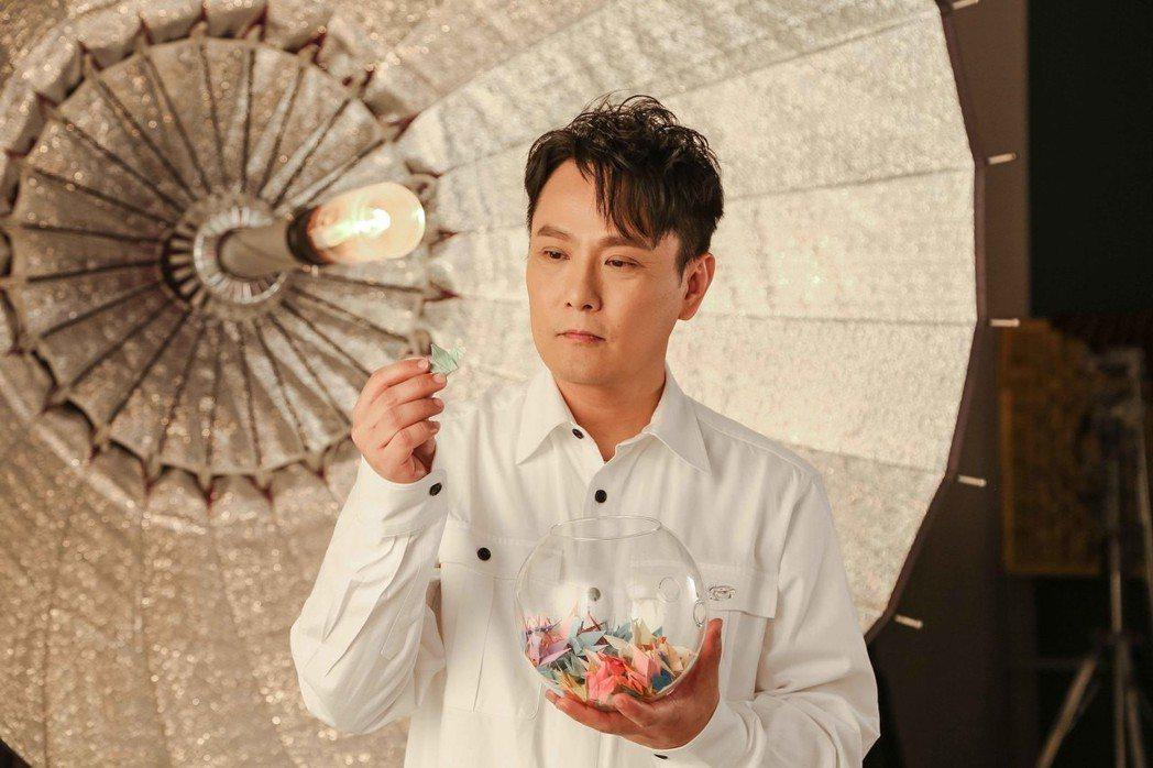 張信哲致力於慈善,抽空拍攝助殘公益歌曲「愛的陽光」MV。圖/潮水音樂提供