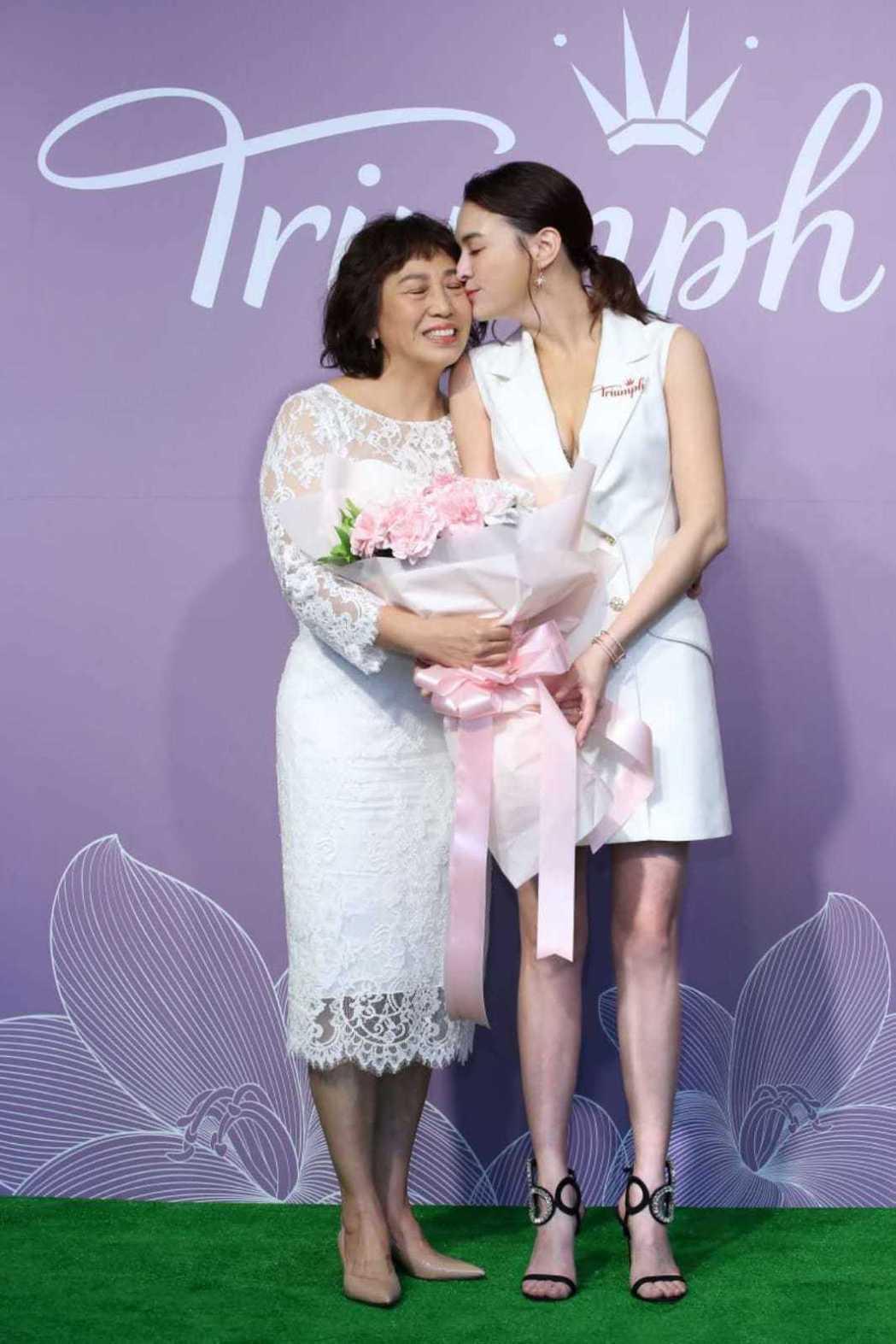 張榕容(右)出席品牌活動,媽媽(左)也首度公開亮相探班齊過母親節。圖/黛安芬提供