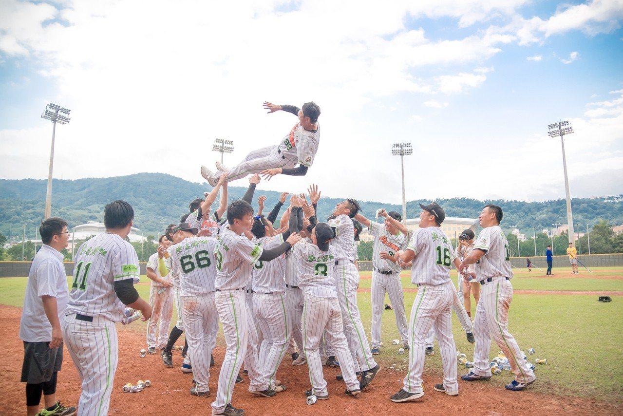 崇越以7:4擊敗合庫,拿下成棒甲組春季聯賽冠軍。圖/中華棒協提供