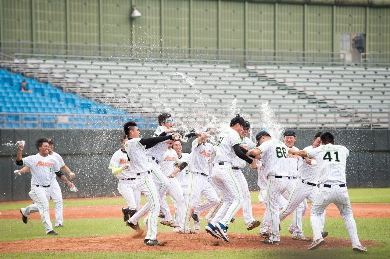 崇越擊敗合庫,拿下成棒甲組春季聯賽冠軍。圖/中華棒協提供