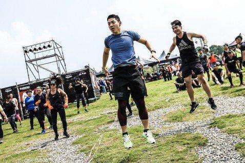 王大文透過運動度過低潮期,12日在高雄參加「Spartan Race斯巴達障礙跑競賽」,不時秀出鍛鍊有成的二頭肌,期間遇到肌肉抽筋、手掌厚繭破掉,他以巨石強森的正面精神自我砥礪。問及最難忘的關卡,他...