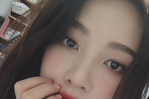 韓國女團Red Velvet的成員Joy過去時常在表演被爆破聲嚇到,她昨在演出時又被爆破聲嚇壞,當下衝到舞台側面蹲下摀住耳朵,後來由工作人員陪伴躲進後台。Joy事後在Instagram上對粉絲道歉,...