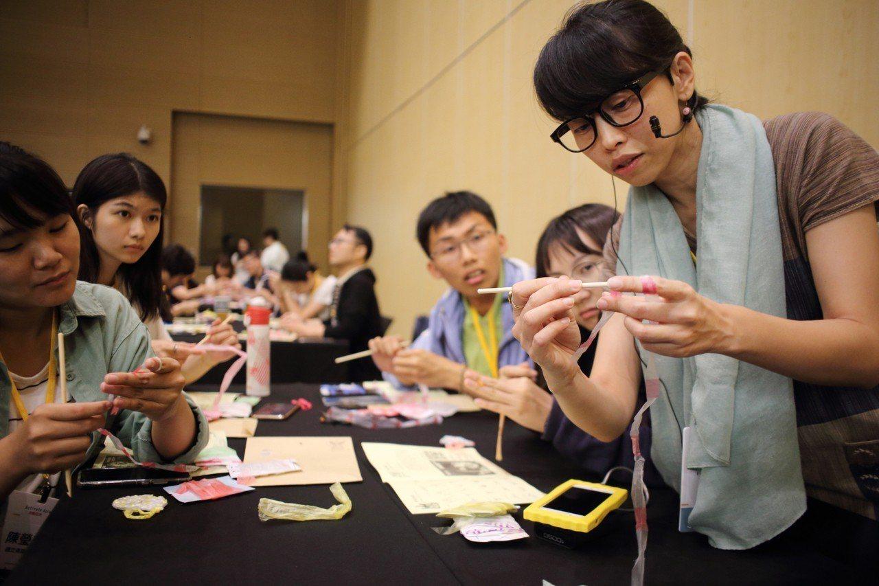 雖然多數工作坊成員來不及將手中的塑膠線變身為伴手禮,但楊芳宜認為:「手作就是慢慢...