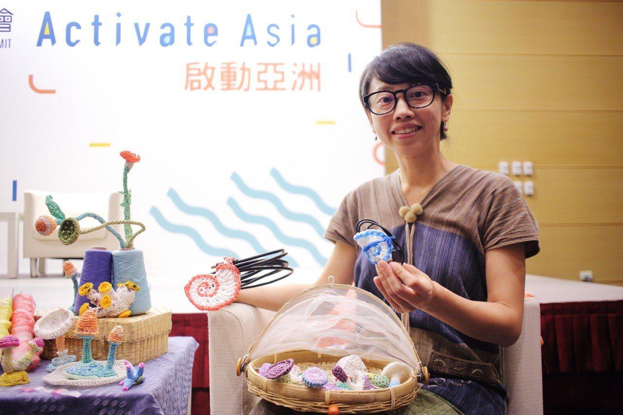 2017年,楊芳宜認為青年的創意能為環境保護發揮巨大力量,於是成立「廢青不廢」,...