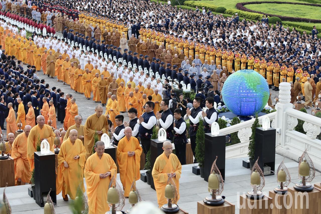 慈濟基金會今天在台北市中正紀念堂舉行「2019佛誕浴佛孝親感恩祈福會」,佛教界諸...