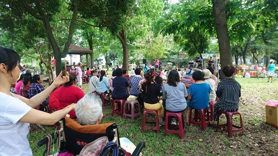 西昌社區在慈雲公園舉辦母親節草地音樂會。圖/翁坤明提供