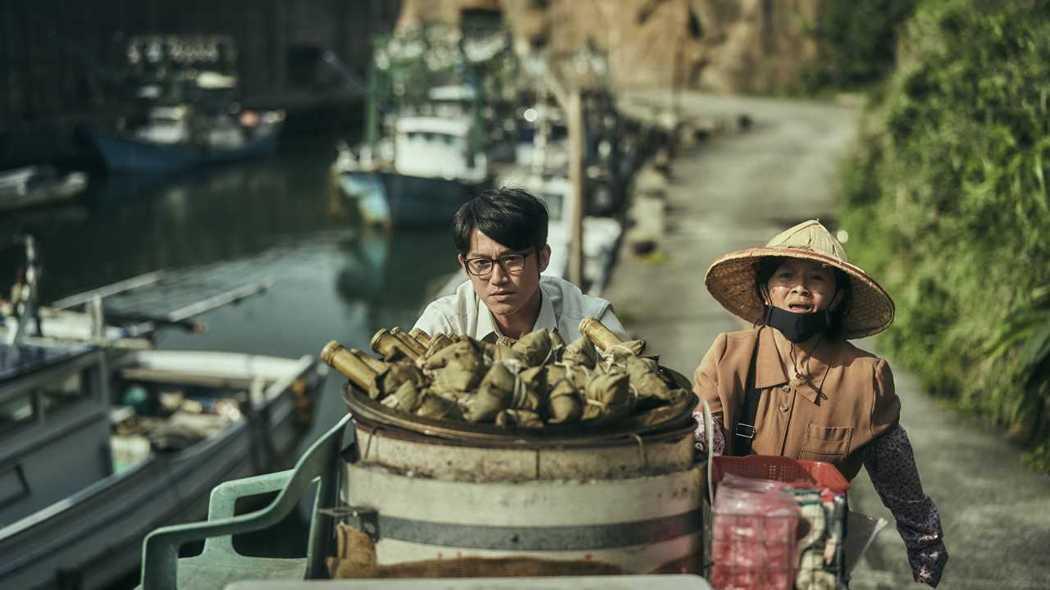 台劇《我們與惡的距離》這美麗的漁港,是水湳洞漁港邊的一角。圖/公視提供