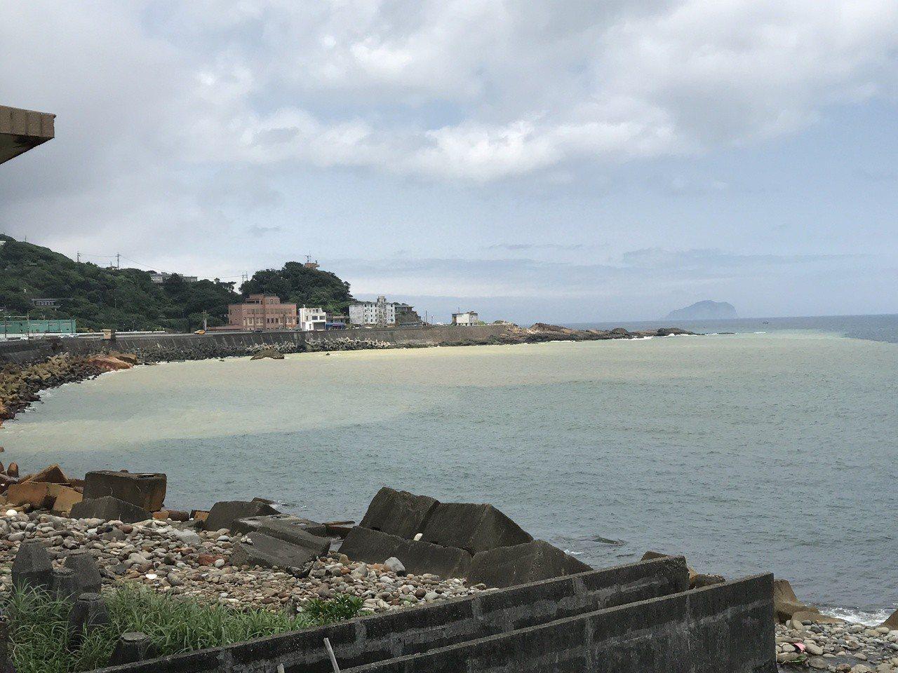 水湳洞漁港旁的陰陽海。記者吳淑君/攝影