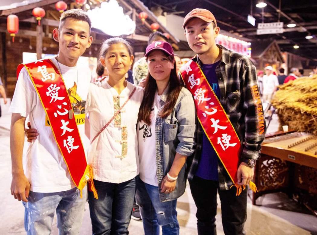 阿倉(左起)、阿倉媽媽、樞育媽媽、樞育共同歡度母親節。圖/混血兒娛樂提供