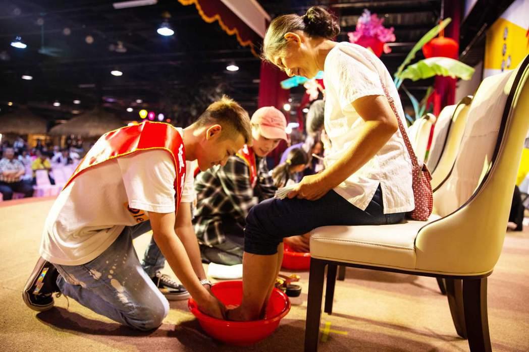 阿倉(左)、樞育(左二)分別替媽媽洗腳。圖/混血兒娛樂提供