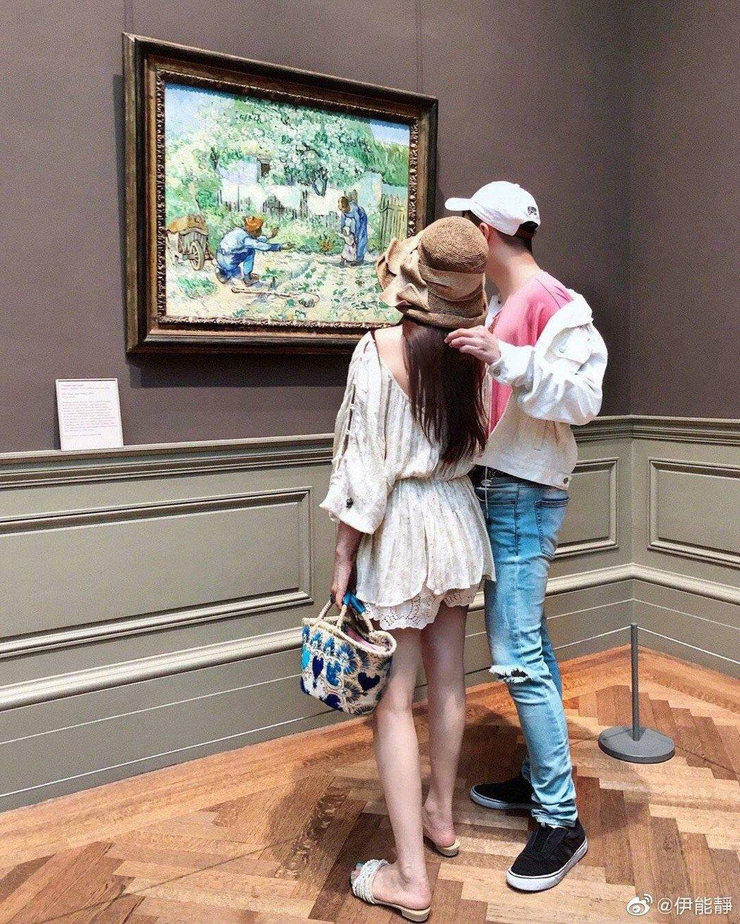 伊能靜曬出和兒子看畫展背影照,凍齡身材、白皙美腿被讚爆。圖/摘自微博