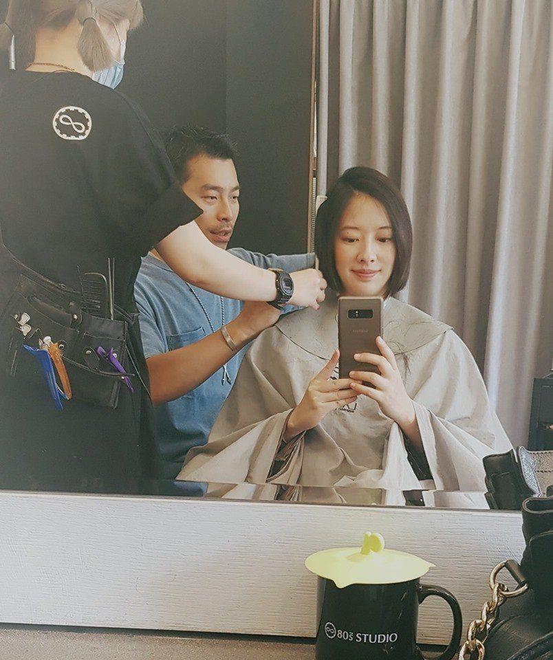 周采詩(右)產前剪短頭髮。圖/摘自臉書