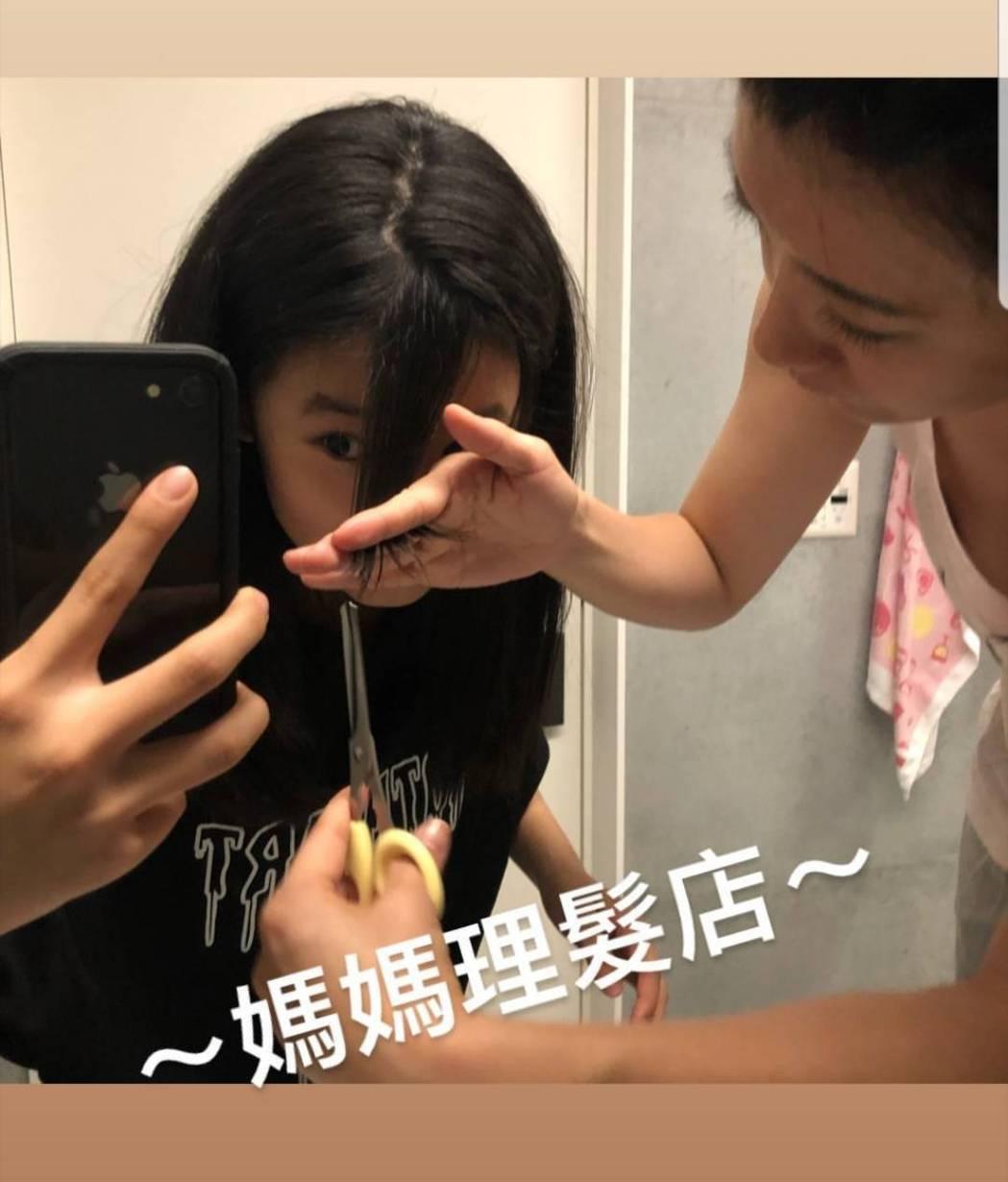 賈靜雯幫梧桐妹剪頭髮。圖/截圖自IG