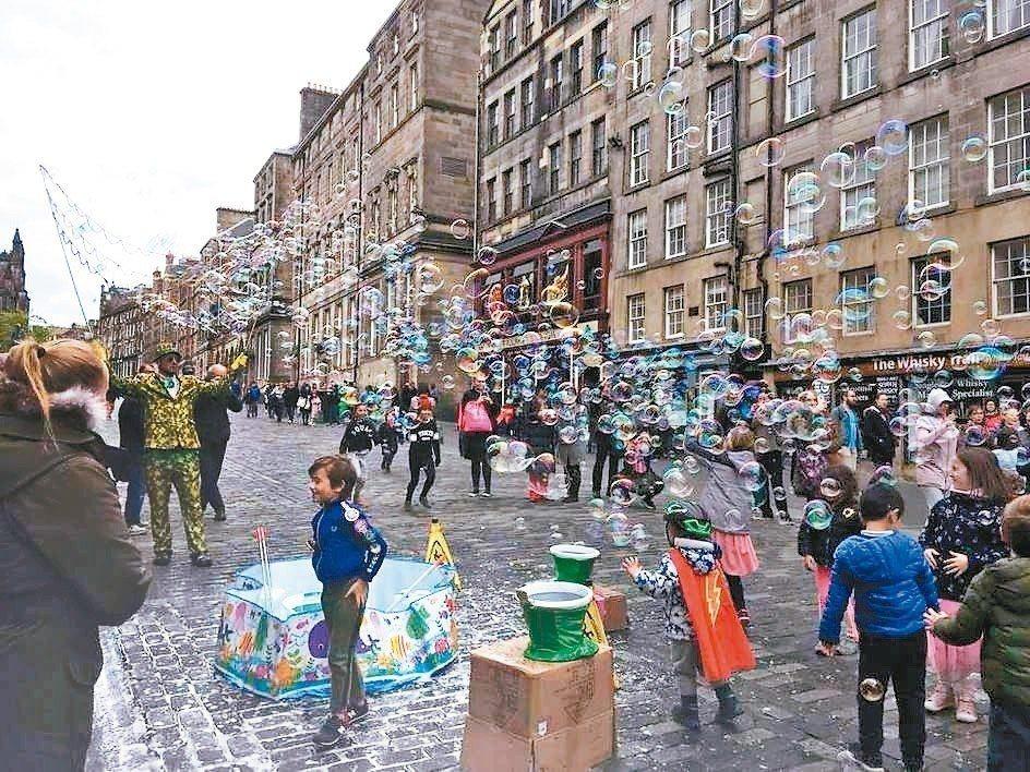 開放街道當日,孩子在街道上玩皂泡。 圖/愛丁堡市議會