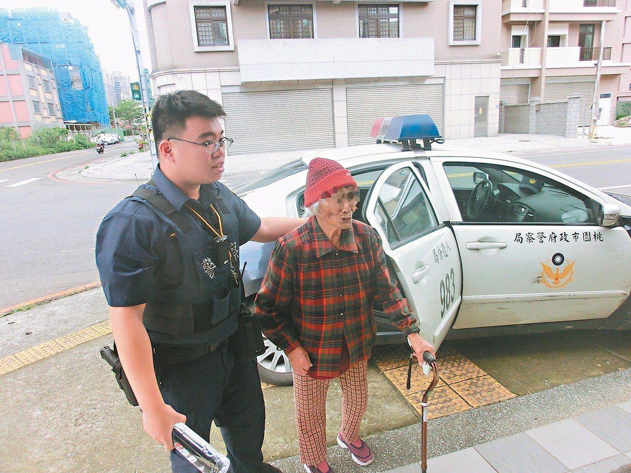 警員蔣孟辰(左)用巡邏車載輕微失智婦人,繞行八德一間間找咖啡店,幫她找到回家的路...