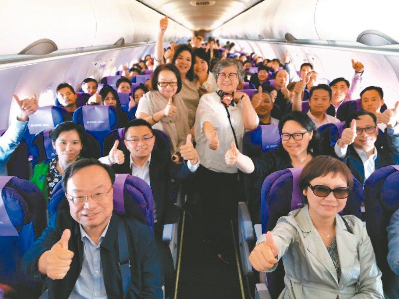 上海市台辦主任李文輝12日率領上海各界代表及觀光旅遊人士135人,搭乘吉祥航空首...