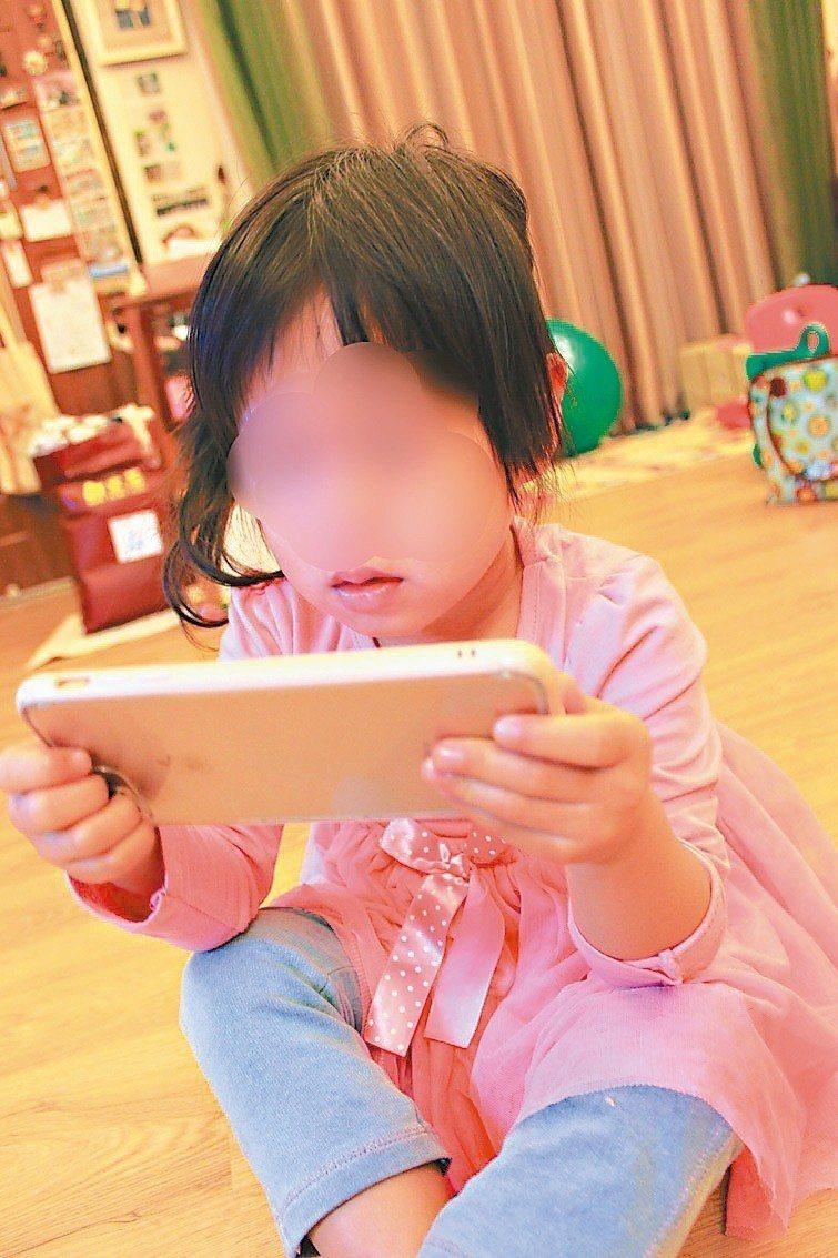 新竹縣政府衛生局調查滿四歲與滿五歲的幼童視力檢查,發現幼童近視率逐年增加,許多都...