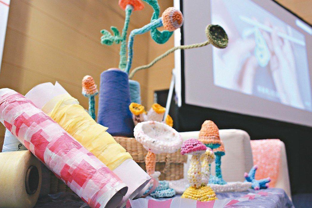 實踐循環經濟「廢青不廢」創辦人楊芳宜帶領工作坊成員將手中的塑膠線做成藝品,具...