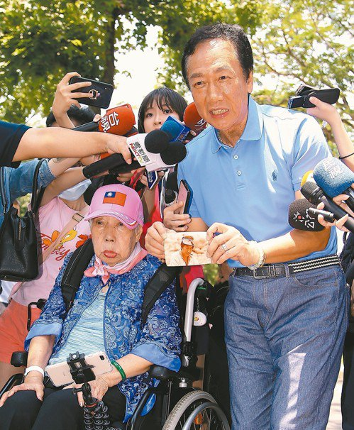 國民黨總統初選參選人郭台銘(右)昨天帶媽媽初永真(左)到大安森林公園曬太陽,並說...