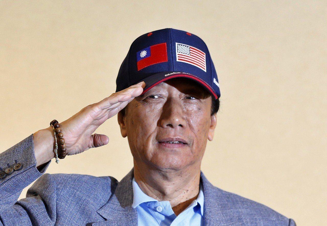 鴻海集團董事長郭台銘日昨在「美國行返台記者會」上,拿出印有中美兩國國旗的帽子,批...