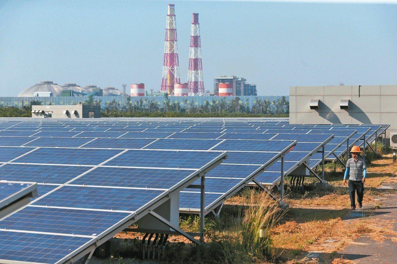 高雄永安光電場是早期規模最大的太陽能光電示範區,卻是「占領」濕地換來的。 圖/聯...