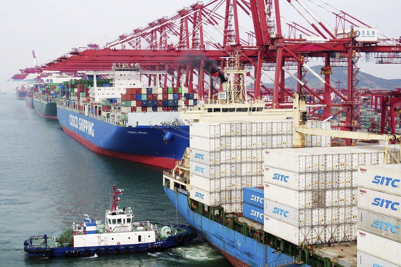 美國對中國貨物加徵關稅10日生效,美中貿易戰進入新階段。圖為青島碼頭幾艘貨輪正準...