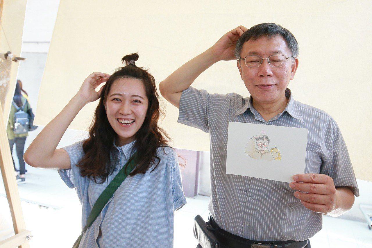 台北市長柯文哲(右)人氣高,造訪年輕人愛去的幾個據點時都成了人形立牌,還經常被要...