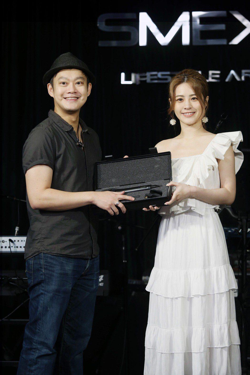 張語噥舉行新歌發表會,恩師劉偉德(左)送她一支演唱會專屬麥克風。記者邱德祥/攝影