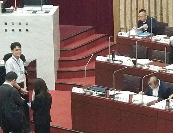 高雄市長韓國瑜昨到議會進行市政總質詢,桌上多了一個20吋大平板。記者蔡孟妤/攝影